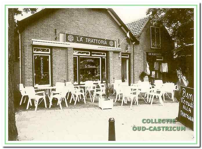 Restaurant 'La Trattoria', Dorpsstraat 40, kort na de opening. Rechts 'De Kijkdoos', Dorpsstraat 40A.