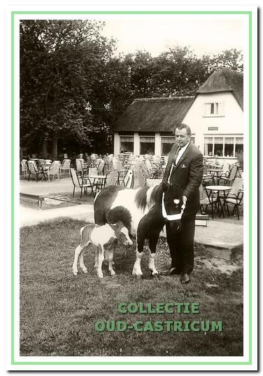 Theun de Hoop met zijn liefhebberij: het fokken en houden van Shetland pony's.