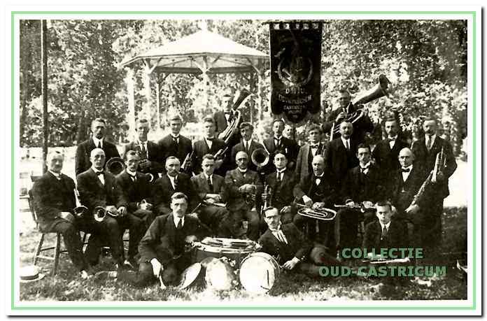 Het volledige korps van D.I.U. in 1913 voor de muziektent op het terrein van Duin en Bosch. Dirk Slop, de eerste dirigent. zit vierde van links in de middelste rij muzikanten.