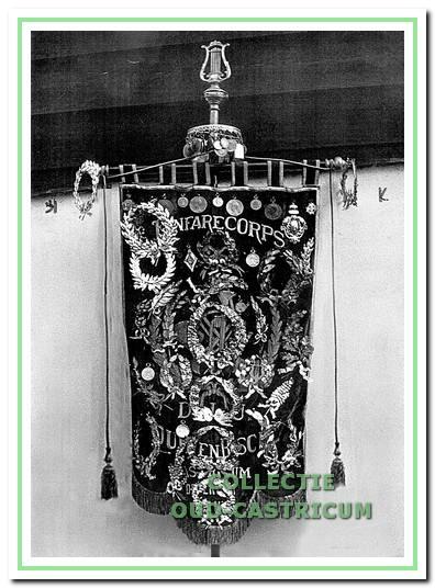 Goed bewaarde herinneringen aan D.I.U., zoals het fraaie vaandel, waren lange tijd uitgestald in het museum van Duin en Bosch.