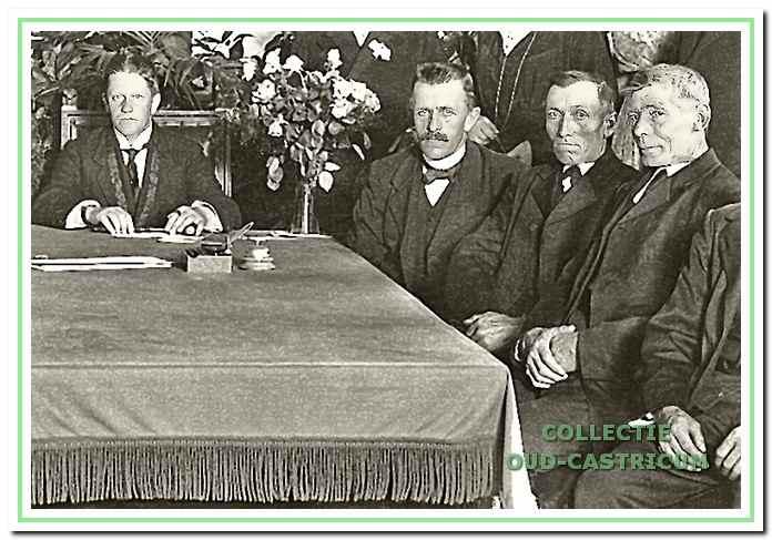 Ernstig kijkende gemeentebestuurders, met naast burgemeester Lommen, van links naar rechts: Piet Valkering, Gerrit Kuijs en Gerrit Louter.