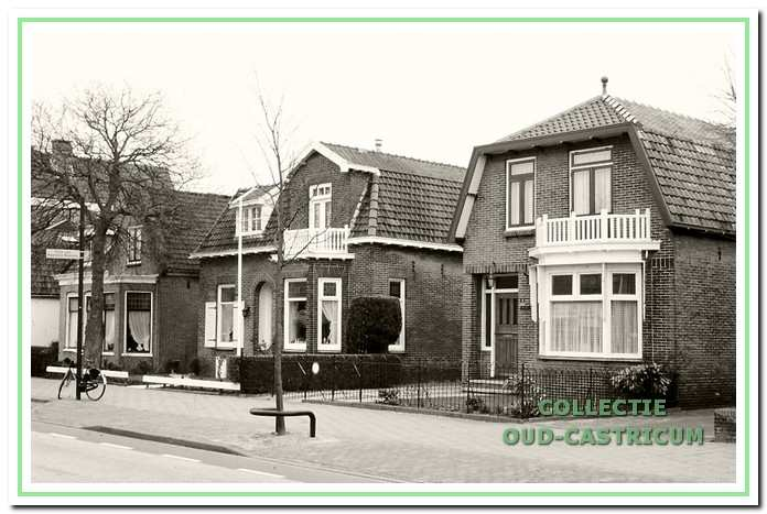 Foto genomen ca. 1985 met van rechts naar links de villa's Dorpsstraat 17, 19 en 21.