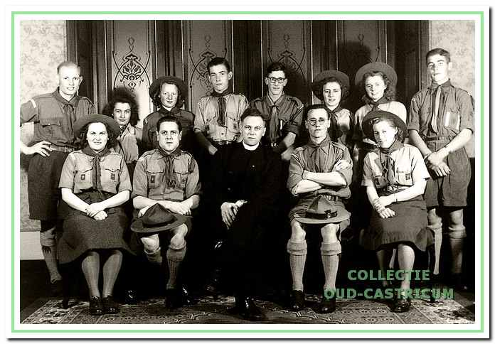 De leiders van de welpen en de verkenners van St. Wilfried in 1949.