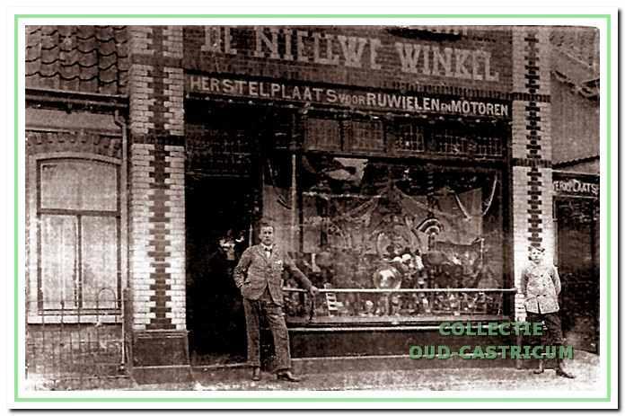 Anton Gorter in de deuropening van zijn rijwielherstelwerkplaats, gevestigd in de voormalige 'De Nieuwe Winkel'. Naar de versierde etalage te oordelen werd de foto waarschijnlijk kort na de opening in 1924 genomen. Links het nog intacte woongedeelte van het oorspronkelijke pand.