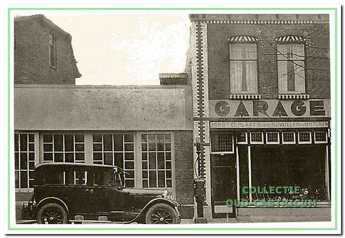 Resultaat van de verbouwing in 1928 van het pand van Anton Gorter tot een garagebedrijf. Rechts nog steeds de 'Herstelplaats voor Rijwielen en Motoren' en de benzinepomp. Links het voormalige woongedeelte dat is verbouwd tot garage.