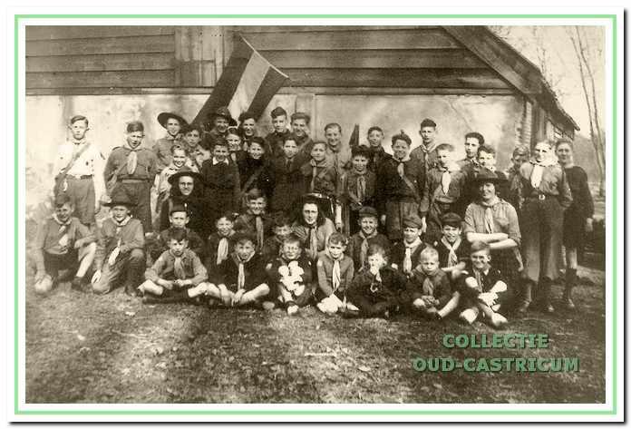 Padvinders en leiding van Die Bogeheimers in 1946 voor hun onderkomen op Duin en Bosch.