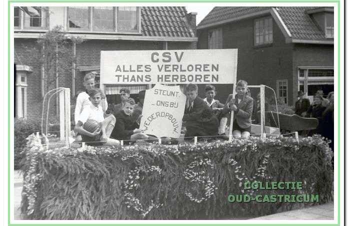 Op hel bevrijdingsfeesl vroeg CSV via deze praalwagen sleun voor de wederopbouw van de club.