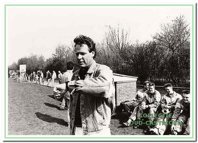Trainer Hans Touber kijkt op zijn horloge. CSV is bijna kampioen in 1991.