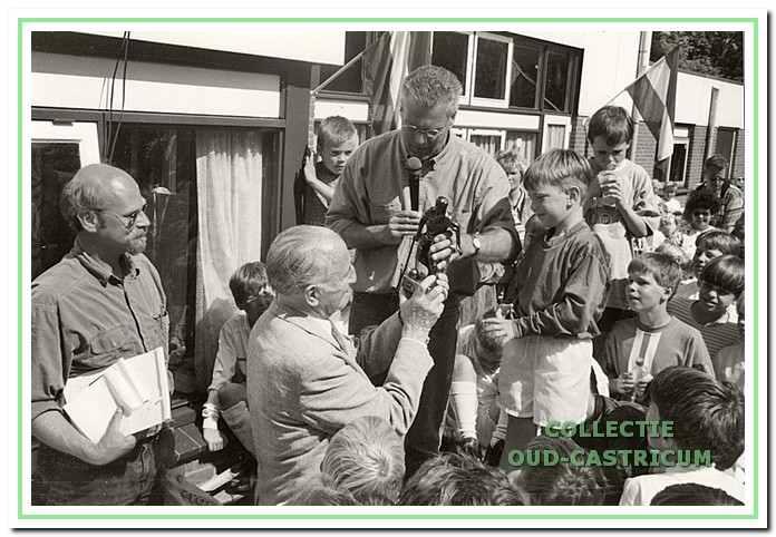 Oud-voorzitter Dik reikt een prijs uit op het laatste 'Familie Diktoernooi', dat in 1997 werd gehouden.