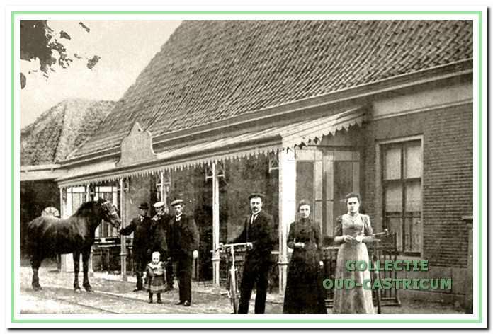 Vier kinderen van Bertus van Benthem voor het door hem in 1874 gestichte café 'De Vriendschap'. Dorpsstraat 71 in Castricum.