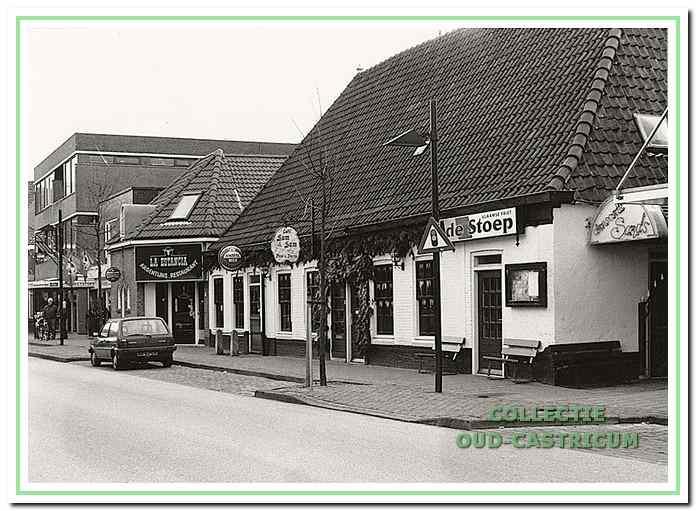Foto uil 1995, waaruit blijkt dat het café Dorpsstraat 75 nu uit drie onderdelen bestaat: café 'Sam Sam', snackbar 'De Stoep '(in het voormalige woongedeelte) en danscafé 'Sands' (in de voormalige toneelzaal).