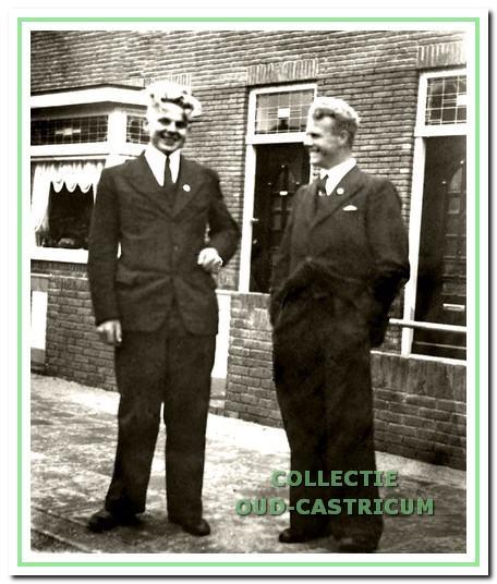 Jan van Zilt (rechts) met zijn vriend Wijnand Borst in hun zondagse pak in de Dorpsstraat.