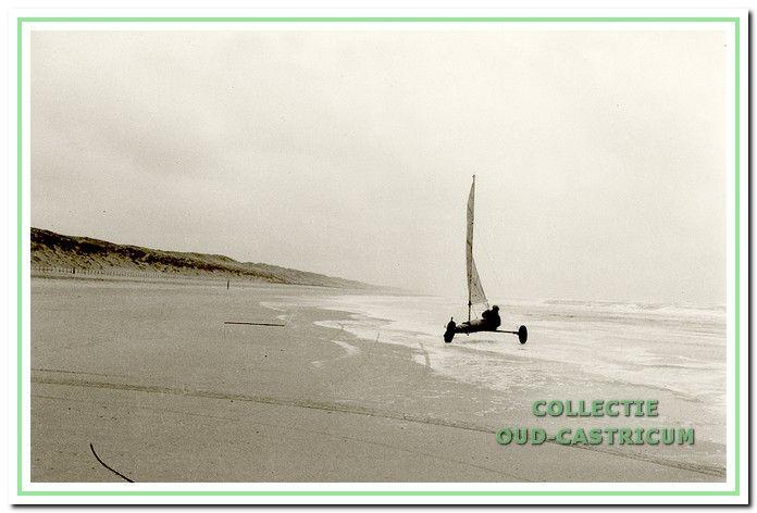 Met de zelfgebouwde strandzeiler in actie op het strand tussen Castricum en Heemskerk.