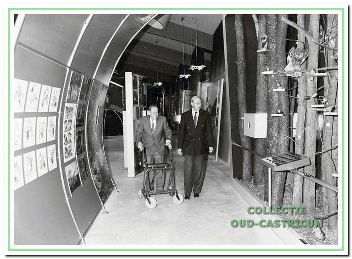 Kortenoever, begeleid door PWN-medewerker Posthuma, bij de opening van het nieuwe bezoekerscentrum in 1994.