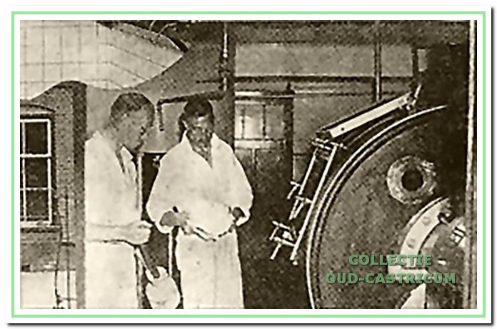 Oene Mol en Arie Tervoort met klont boter bij de karnkneder