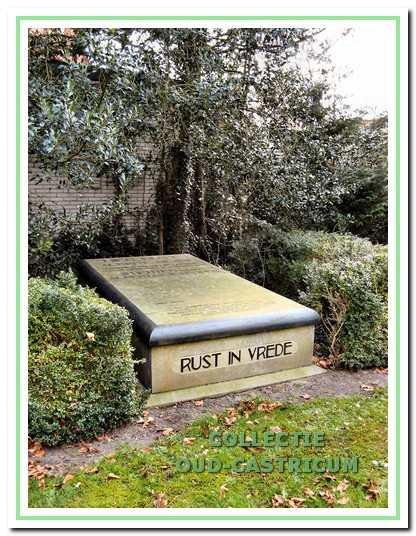 De rustplaats van Albert Asjes en zijn ouders op de begraafplaats van de oude Dorpskerk.
