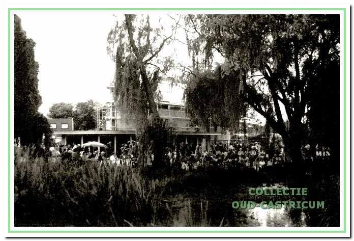 Bij de opening op 22 augustus 1996 van de nieuwe ontmoetingsruimte in de Tuin van Rommel.
