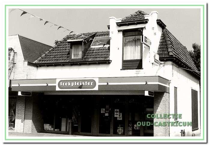 Drogisterij De Trekpleister, voorbeeld van de verbouwing van een woonhuis tot winkelpand (nr 21).