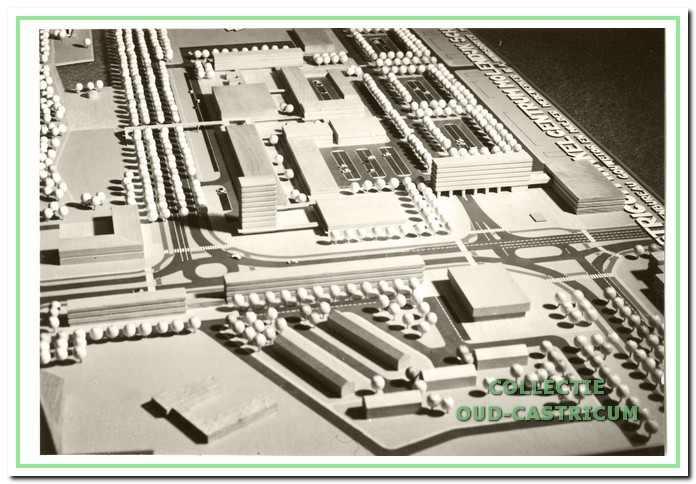 Maquette winkelcentrum, volgens het plan Molendijk. In 1971 volgde er een herziening in de vorm van plan Geesterduin.