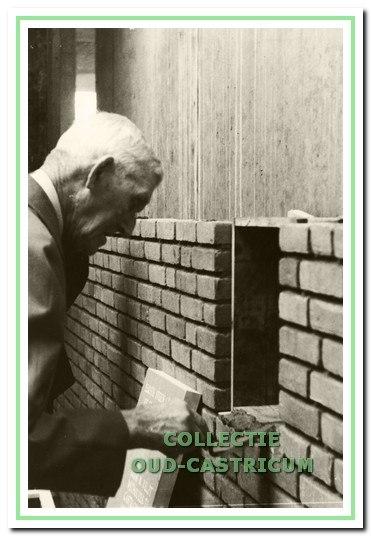 De eerste steen van het nieuwe raadhuis werd in 1982 gelegd door oud-wethouder Klaas Veldt.