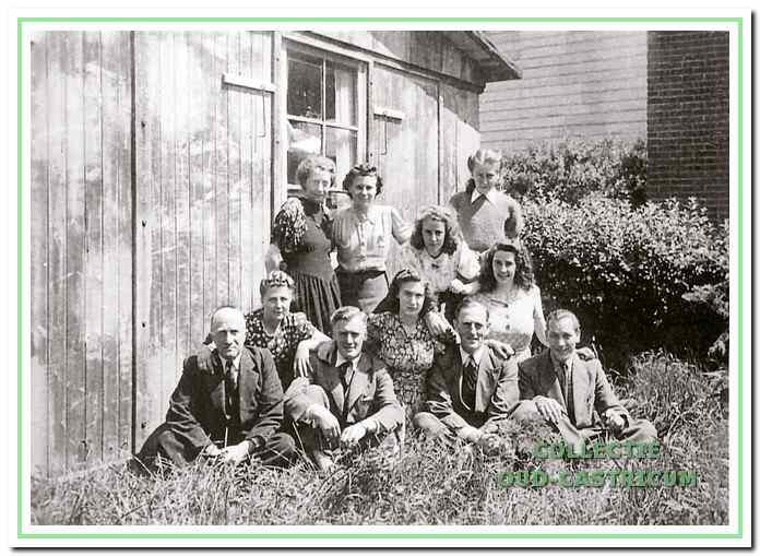 De medewerkers van de distributiedienst in 1946 in de tuin achter hel kantoor. V.l.n.r.: slaand: Mar Quatfass, Tiny Gorter; Riek de Groot en Mien Schermer; zittend: Kemming, Janny Roemer; De Nooy, Trees de Nooy, Hein Zonjee, Tiny Boot en Van Zweden.