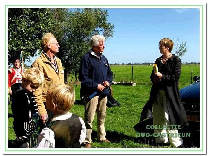 Harry van Londen, beheerder van Cronenburg en Pieter Blom, de voorzitter van de werkgroep in gesprek met burgemeester Emmens - Knol.