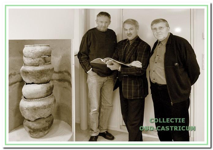 De redactie van Oud-Castricum, 1977-2002. Van links naar rechts: Niek Kaan, Simon Zuurbier en Frans Baars.