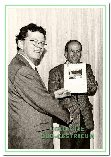 Secretaris Wil Steeman overhandigde in 1995 een lesbrief aan burgemeester Schouwenaar tijdens de tentoonstelling 'Vijftig jaar bevrijding' in de Ned. hervormde kerk.