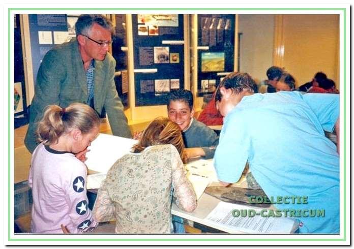 Er wordt tegenwoordig door de werkgroep ook veel gedaan aan educatie. Hier geeft Cor Smit uitleg aan een groep van een Castricumse basisschool.