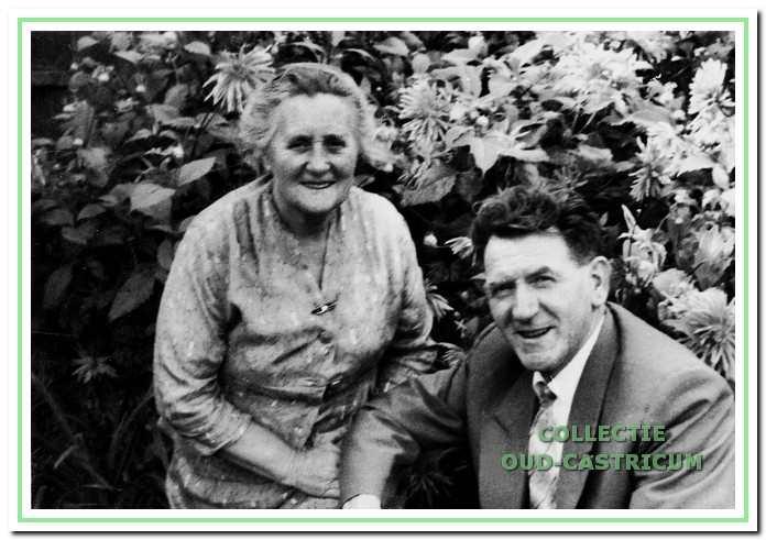 Het echtpaar Van Deelen in hun mooie tuin aan de Tetburgstraat 3 in  Bakkum in 1970.