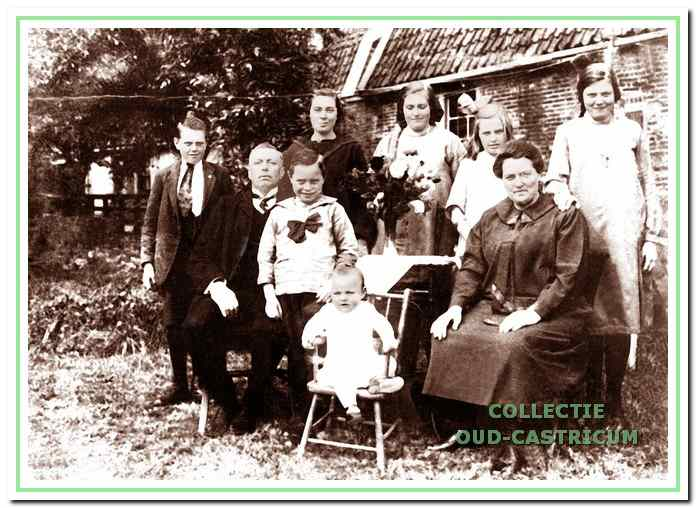 Maarten Duijn en Guurtje de Graaf met hun kinderen naast het huis.