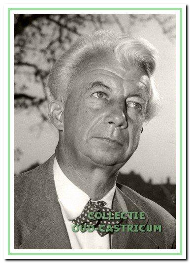 Jonkheer Willem Sandberg, conservator en later directeur van het Stedelijk Museum, die een belangrijke rol speelde bij het in veiligheid brengen van de kunstschatten. In de eerste oorlogsjaren verbleef hij bijna dagelijks in Castricum (foto Stedelijk Museum Amsterdam).