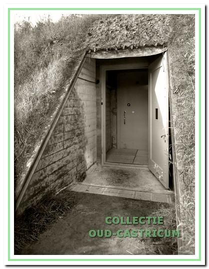 De toegang tot de kluis is zo laag dat de Nachtwacht opgerold naar binnen moest worden gebracht (foto Stedelijk Museum).