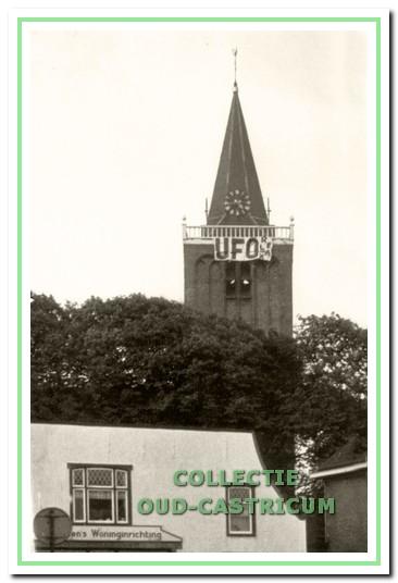 De fans van UFO hingen in de luilaknacht van 1968 een spandoek op aan de torenschans van de dorpskerk.
