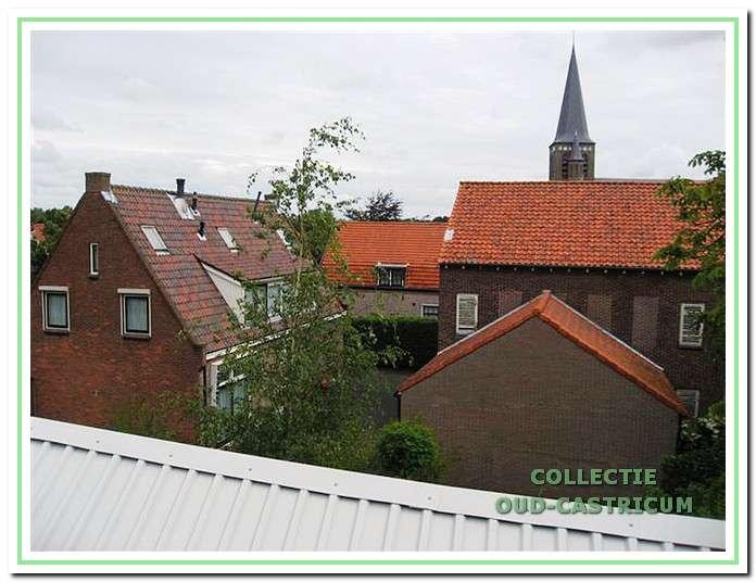Zicht op de binnenplaats achter het pand Dorpsstraat 97 (links) met rechts een schuur en daarachter een gedeelte van het voormalige kaaspakhuis.