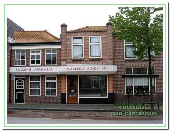 Foto van slagerij Admiraal, Dorpsstraat 103. V.r.n.l. het woonhuis, de slagerswinkel en het verbouwde en bij de slagerij getrokken voormalige woongedeelte.