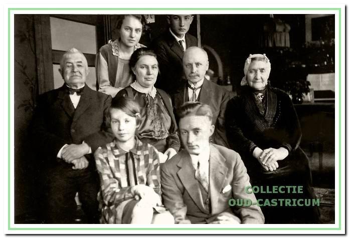 Een foto van de familie Kramer - Mooij, genomen ca. 1936 in hun huis aan de Hoogeweg in Amsterdam.