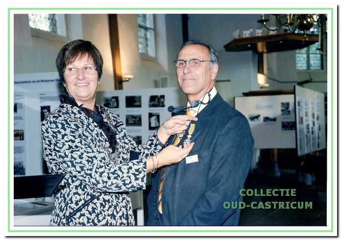 Koninklijke onderscheiding voor Ernst Mooij, uitgereikt door burgemeester Emmens - Knol bij de opening van de jubileumtentoonstelIing.