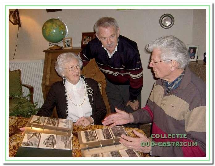 Schenking van haar collectie ansichtkaarten over Bakkum en Castricum door mevr. A. de Graaf - Zuurbier in aanwezigheid van Piet Blom en Simon Zuurbier.