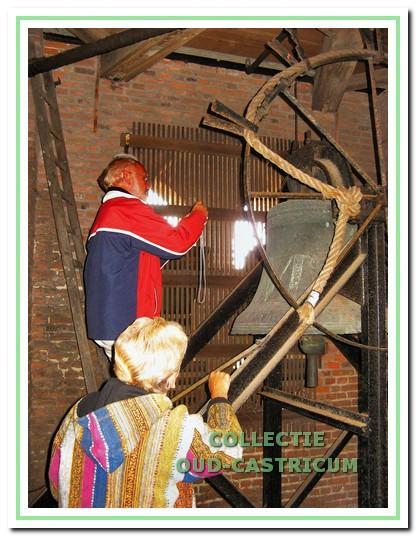 Luuk Balt fotografeert het randschrift van de klok in de toren van de Castricumse dorpskerk.