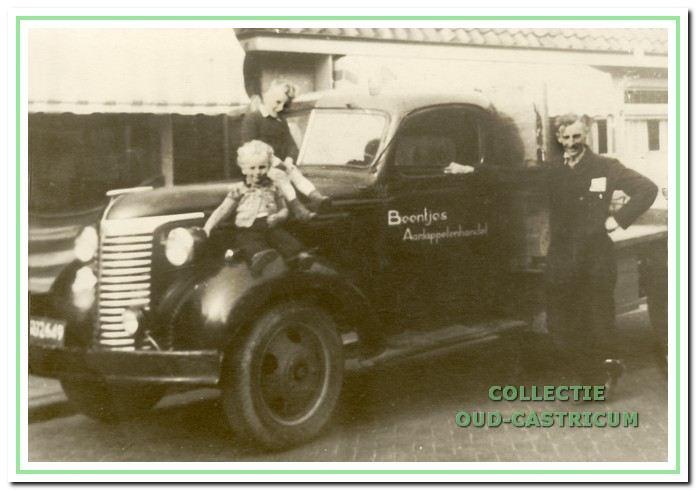 Cor Beentjes rond 1948 met zijn zoon Ber op de motorkap en zoon Kees.