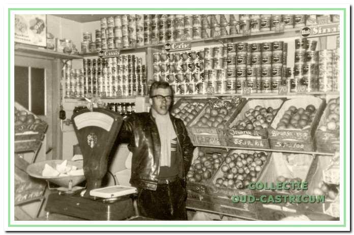 Willem Nanne in de winkel aan de Nuhout van der Veenstraat 48 in de jaren 1950.