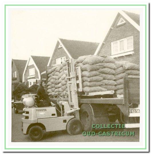 Jaap Stengs in 1975 met een lading aardappelen voor de loods aan de Geelvinckstraat.