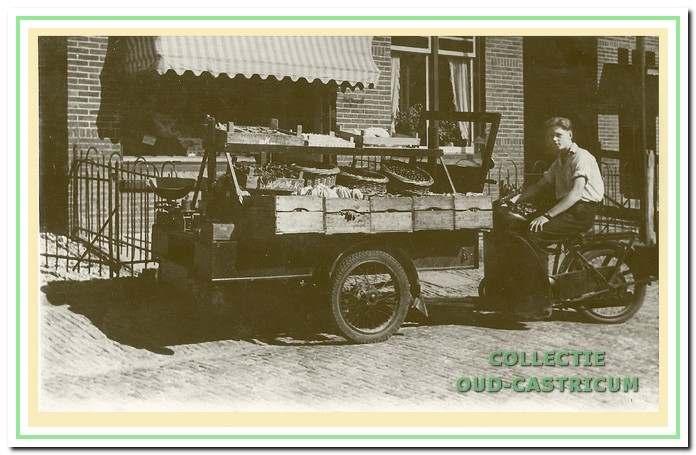 Jan Buter op de motorbakfiets in 1946.