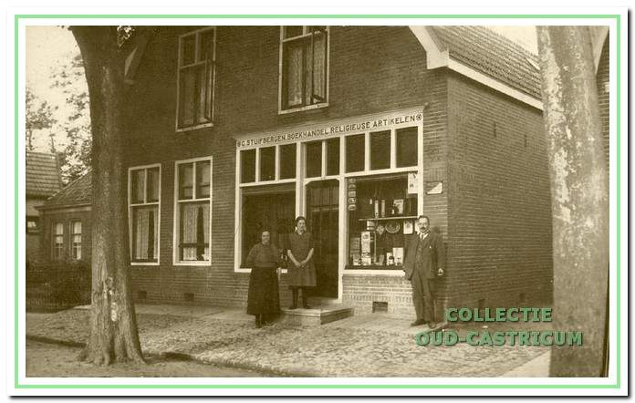 Met een onderbreking gedurende de oorlogsjaren was de parochiebibliotheek tot 1955 in de winkel van Kees Stuifbergen, alias Kees de Koster ondergebracht. Daarna verhuisde de bibliotheek naar het r.-k. jeugdhuis en vervolgens naar een lokaal in het veilinggebouw aan de Duinenboschweg.