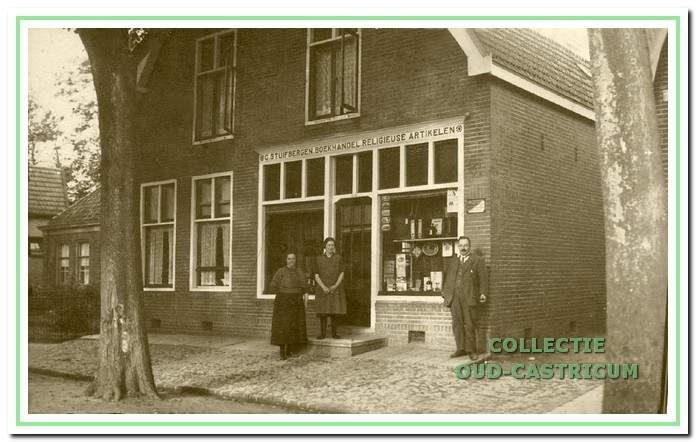 De boekhandel van Kees Stuifbergen sr. met voor de winkel Kees Stuifbergen met echtgenote Trijntje Lute (links) en dochter Riet, later getrouwd met Florentius de Groot.