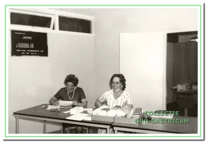 Rie Borst en Marijke Leijgraaf (volgens rectificatie jaarboek 38 pg 124) waren als vrijwilligsters betrokken bij de uitlening in de r.-k. bibliotheek.