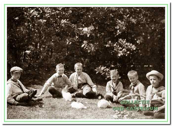 Drie kinderen Jacobi genieten met enkele vriendjes van hun konijntjes op een zonnige dag in 1915.