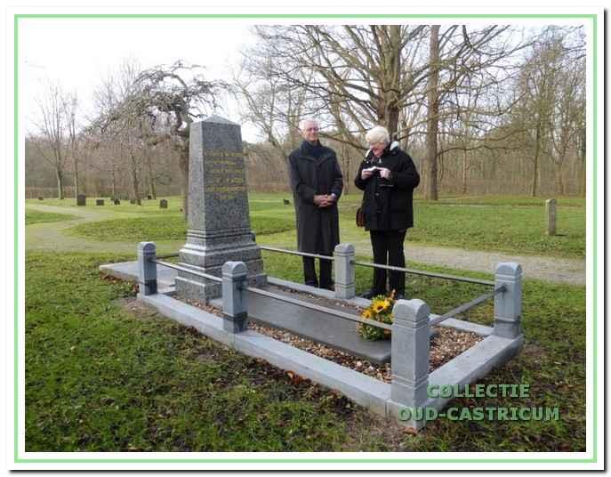 De twee kleinkinderen Miep en Ernst Jacobi bij het gerestaureerde grafmonument van hun grootvader Jan Willem, die zij niet hebben gekend.
