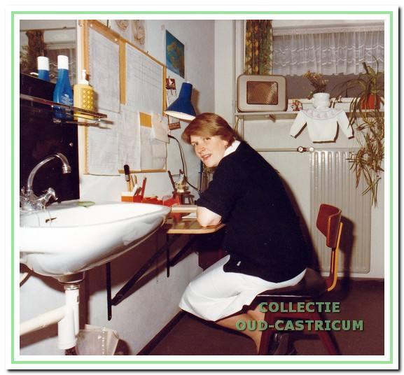 Lida Bruggeling op kantoor circa 1983.